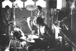 バンド活動するために、会社を興すミュージシャンたち。